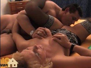 Зрелая отсасывает молодому толстому парню и глотает его сперму