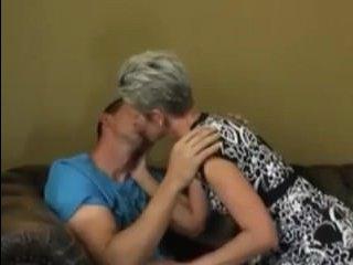 Бабушка занимается сексом с внуком на диване дома