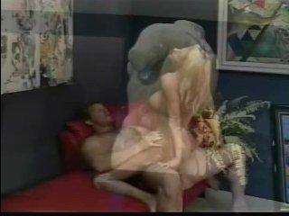 Худышка блондинка трахается с качком в пизду