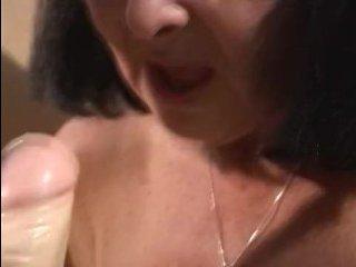 Зрелая дама соблазняет молодых девушек на работе