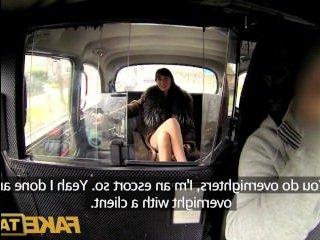 Ошеломительная зрелая брюнетка трахается с водителем такси