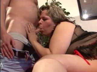 Толстая мамаша скачет сверху на члене партнера и становится раком