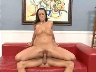 Стройная брюнетка трясет сиськами во время секса