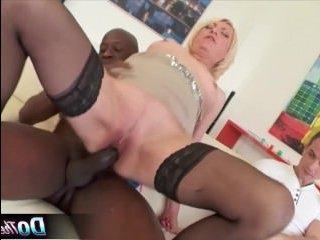Порно со зрелой мамашей, принимающей в пизду черный хуй негра