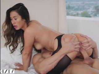 Милфа сисястая занимается сексом в пилотку
