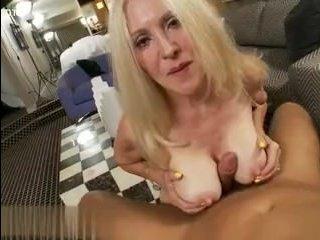 Парень трахает старую женщину своим пульсирующим членом