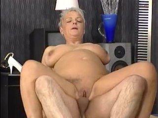 Голая толстая женщина с большой грудью трахается с двумя мужиками