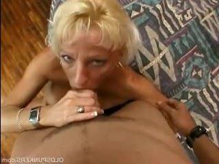 Мужик худую зрелую в жопу трахает, возбудив ее кунилингусом