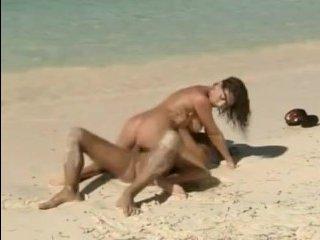 Парень трахает худую брюнетку с большой грудью на пляже
