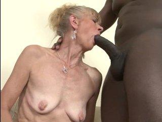 Развратная жена трахается с негром пока муженек вкалывает на работе