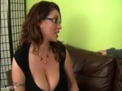 Парень трахает зрелую сучку с большой грудью