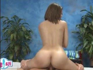Видео : массаж закончился сексом с очаровательной кралей