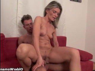 Классное порно видео зрелых мамаш, которые любят отсасывать у молодых парней