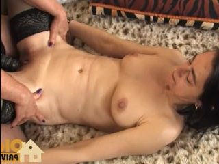 Голые мамаши лесбиянки удовлетворяют себя секс-игрушками