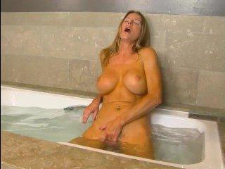 Соло зрелой дамы в ванной закончилось оргазмом