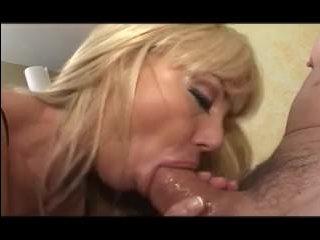 Страстно ебут блондинок мамок в ротик и кончают на лицо