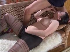С мужчиной трахается русская короткостриженная брюнетка: порно
