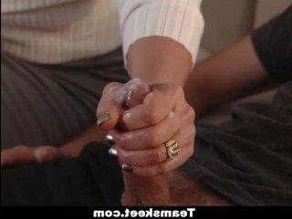 Мама с дочкой проглотили сперму доверчивого паренька