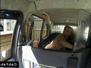 Частное видео: блондинка с большой грудью занимается классическим сексом на заднем сиденье автомобиля