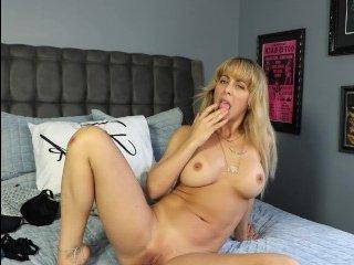 Отличное порно: ебут мамку в рот и пизду большим членом