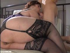 Парень устраивает толстушке секс в попу и энергично ее долбит