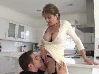 Видео зрелых мамаш с большими сиськами, которые любят ебаться с молодыми парнями