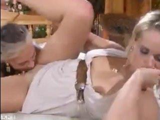 Прекрасные зрелые лесбиянки сосут чувствительные клиторы