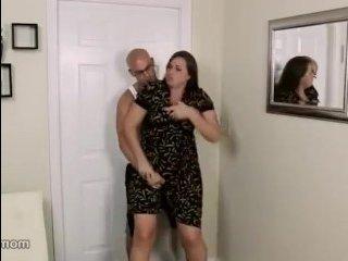 Брюнетку силой взял ее лысый пасынок прямо на кухне