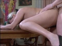 Зрелая русская красавица сосет и трахается с парнем