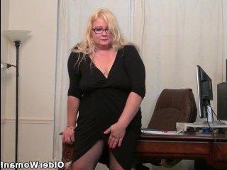 Голая толстая жена дрочит на камеру широкую вагину