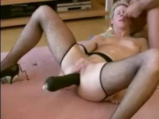 Зрелая мамаша мастурбирует анал крупным фаллоимитатором