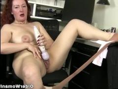 Зрелые опытные мамы учат мастурбации с экрана