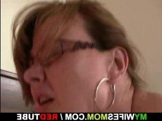 Старая женщина ебется с молодым парнем, желая получить оргазм