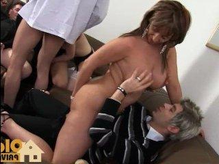 Зрелые мужики с дамами занимаются приятным сексом