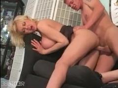 Сексуальная толстая мамка с огромной грудью трахается с сыном