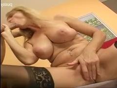 Смотреть  секс зрелых дам, которые обожают жесткую еблю с молодыми парнями