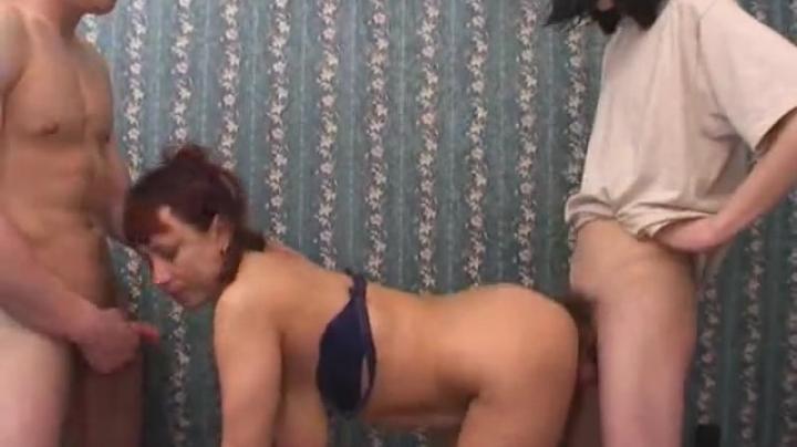 Молодчики развели на секс втроем зрелую даму